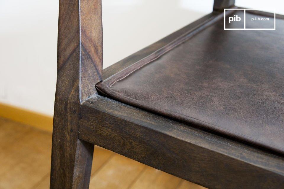 Appréciez les arrêtes travaillées des accoudoirs et des pieds de ce fauteuil