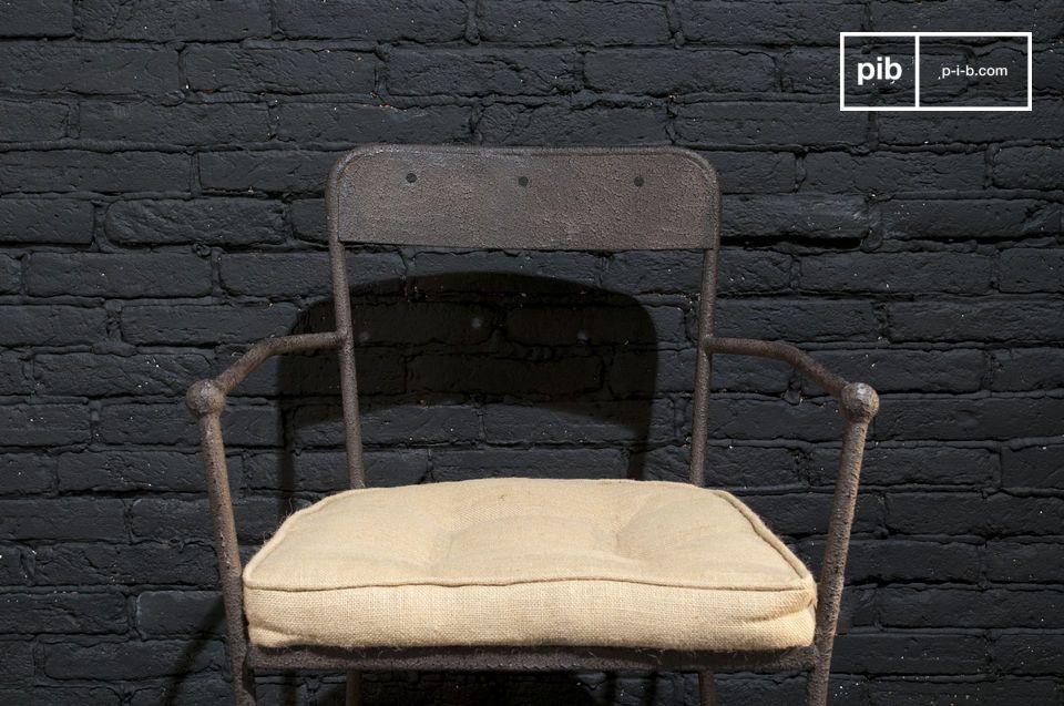Une chaise robuste en métal qui affiche une belle finition brune texturée et un bon niveau de