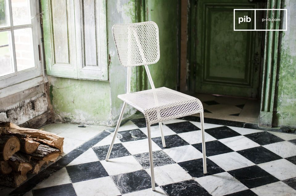 Jolie chaise blanche au look bistrot.