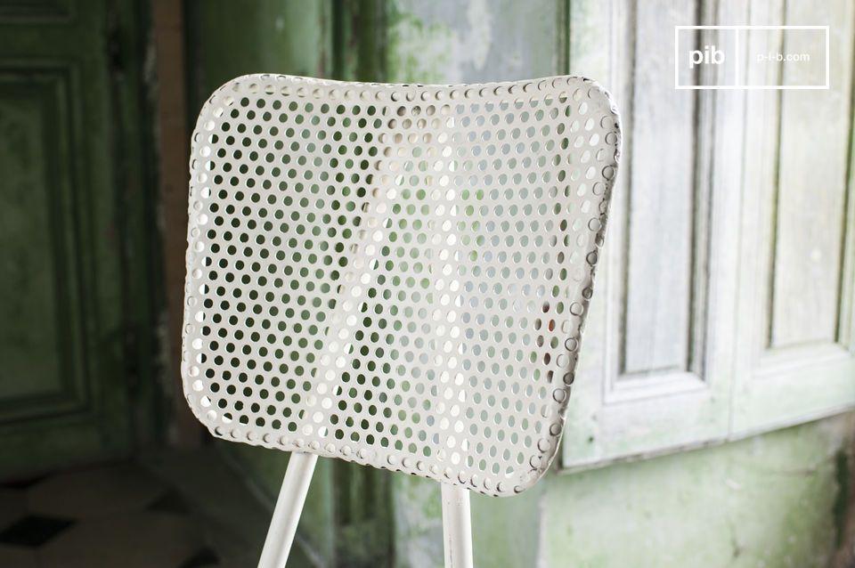Optez pour une chaise restaurant robuste et originale réalisée dans une tôle épaisse perforée