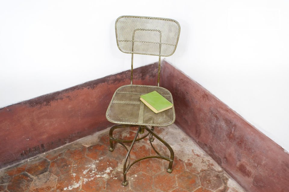 Cette chaise en métal typique des anciens ateliers affiche un style industriel vintage