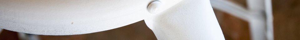 Mise en avant matière Chaise de bar à rivets blanche