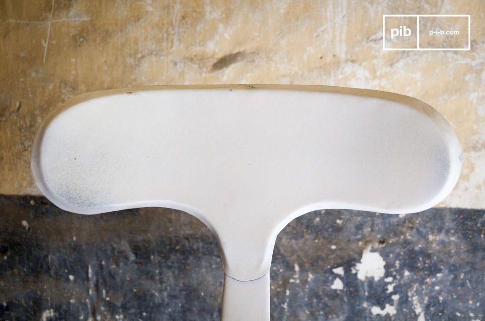 La tabouret de bar design à rivets est un siège haut qui apportera une touche de design industriel