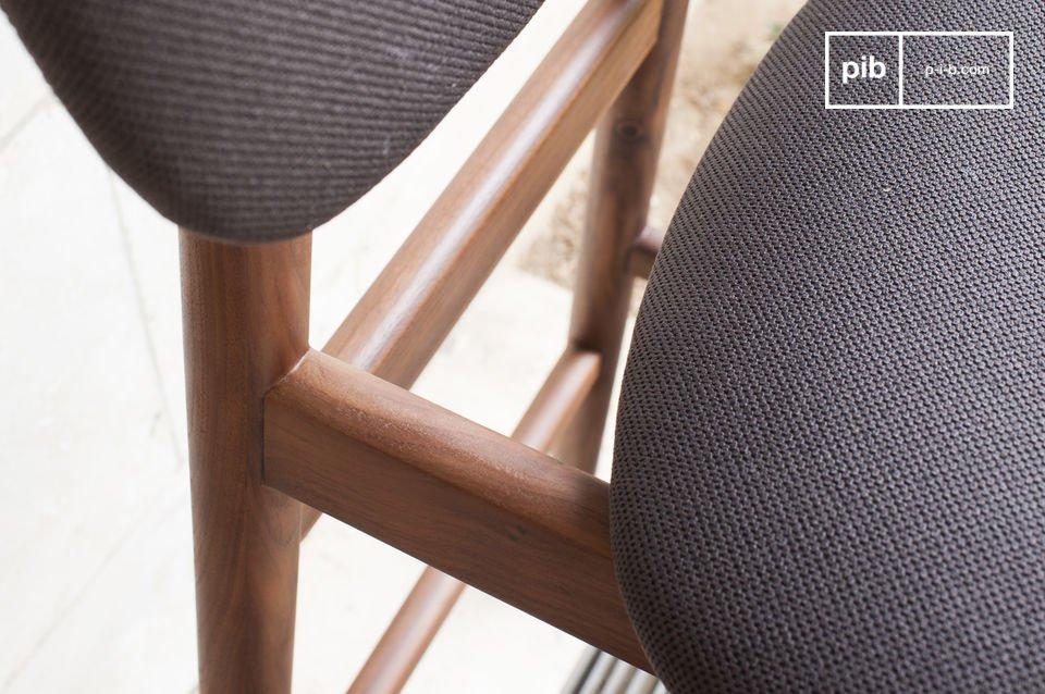 Une chaise haute confortable, parfaite pour un bar de cuisine ou autour d\'un mange-debout