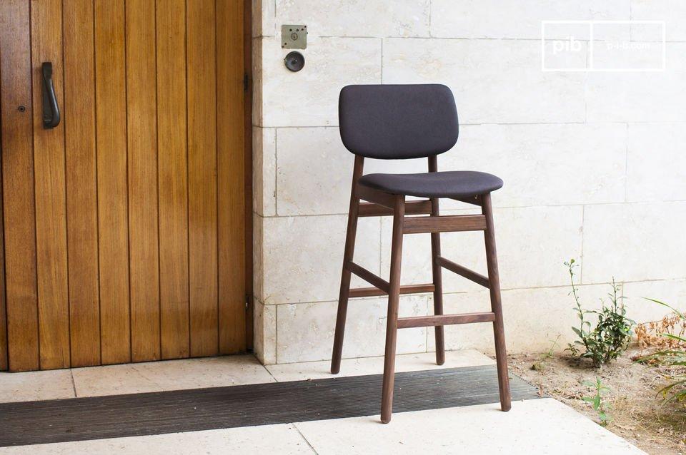 Entièrement conçue en noyer massif, la chaise Rainssön possède une grande solidité
