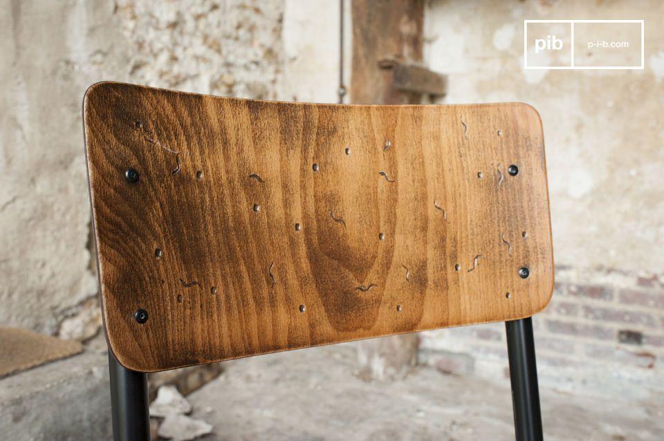 Son assise et son dossier en bois verni sont patinés à la main pour lui conférer des nuances