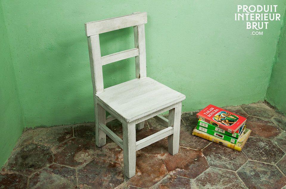 Chaise d'enfant en bois blanchi