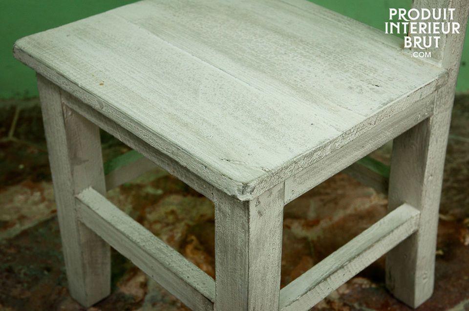 Réalisée tout en bois, cette chaise est légère et facile à déplacer par un enfant