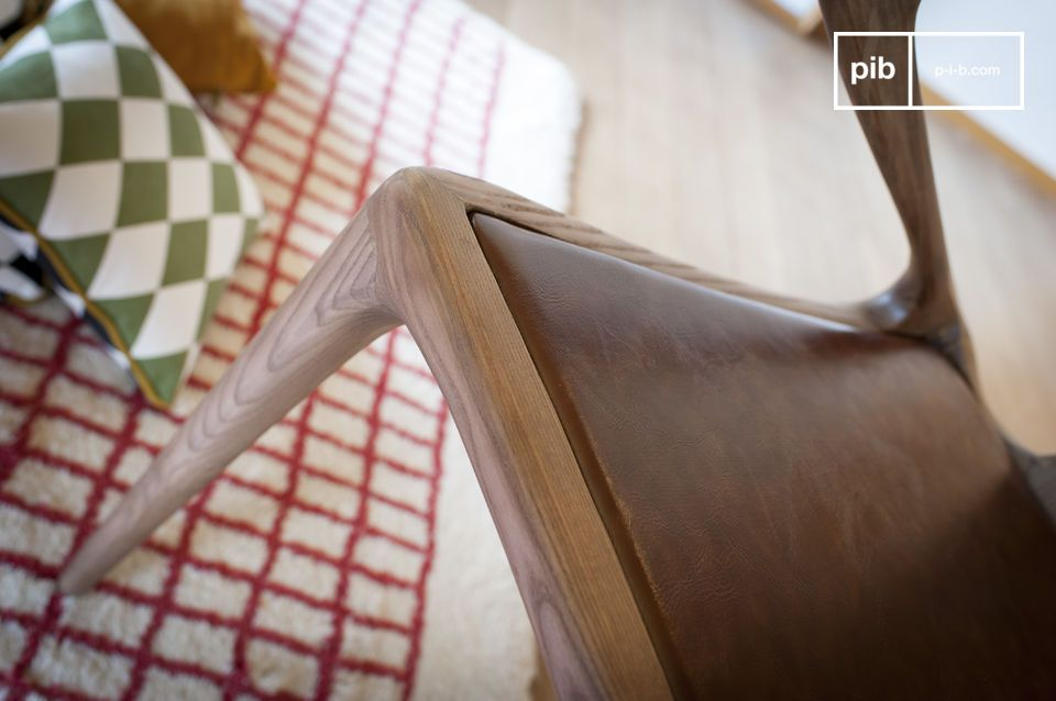 Le design travaillé de cette chaise en bois cintré Kirsten suscite l\'admiration
