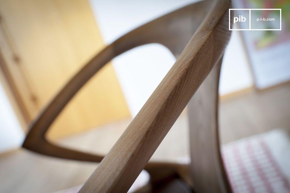 Sculptée à partir d\'un bois de frêne massif, elle présente une élégante finition noyer