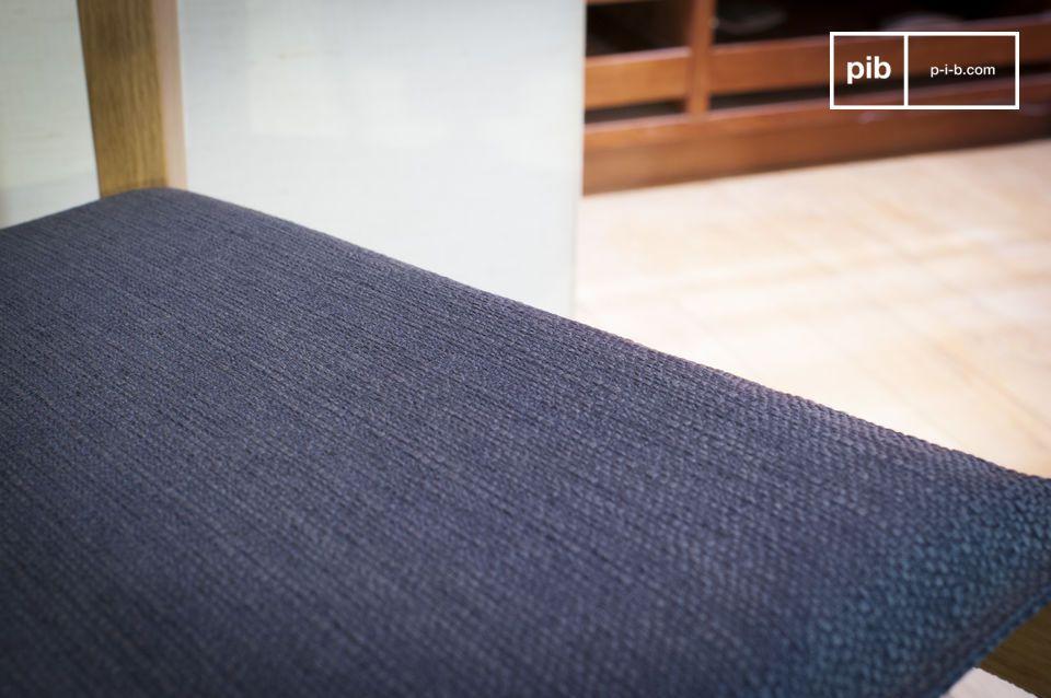 La chaise Elena est entièrement réalisée en chêne, un bois noble, clair et robuste
