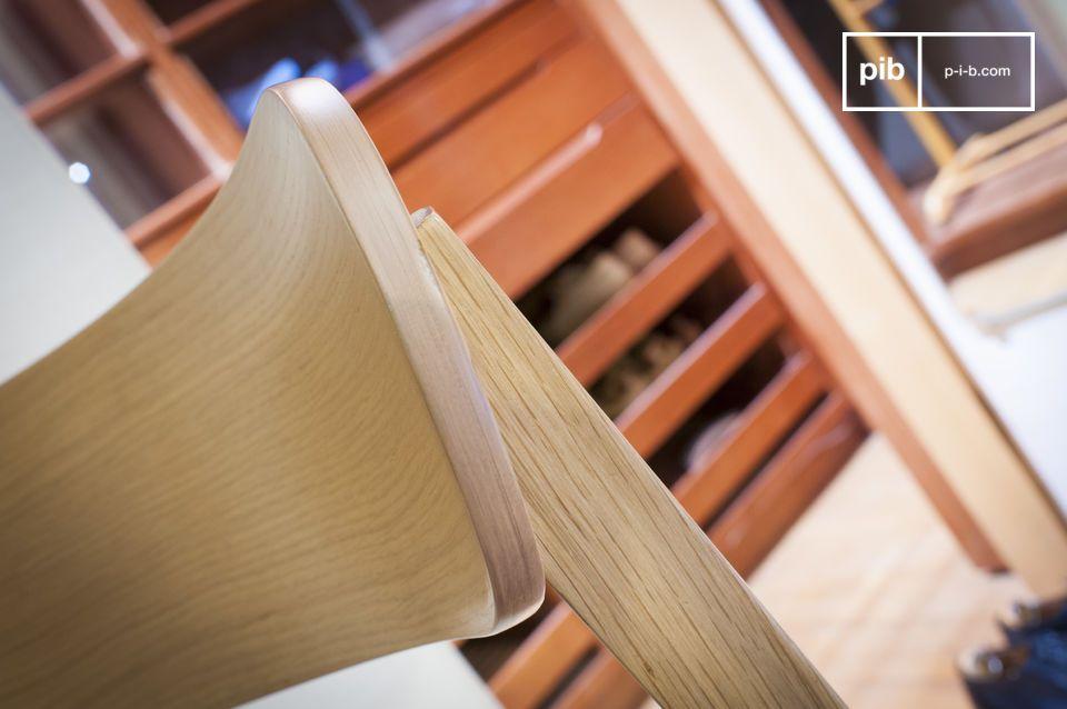 L\'assise est constituée d\'un fin coussin de toile épaisse rembourrée de mousse dense