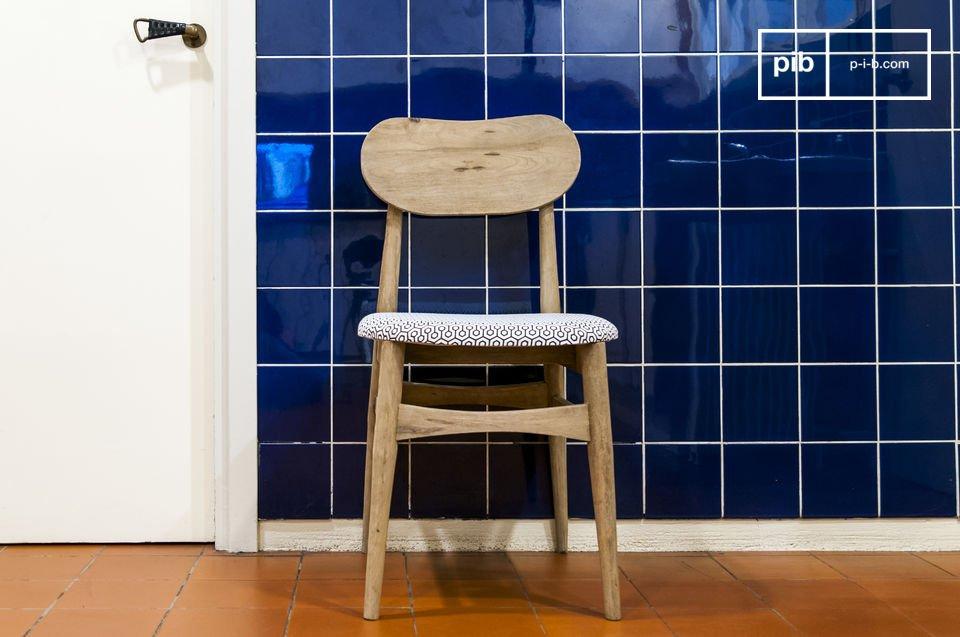 Rondeurs et charme d'une chaise vintage patinée