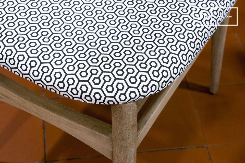 Elle affiche une finition patinée beige pour un rendu légèrement vieilli qui en fait une chaise