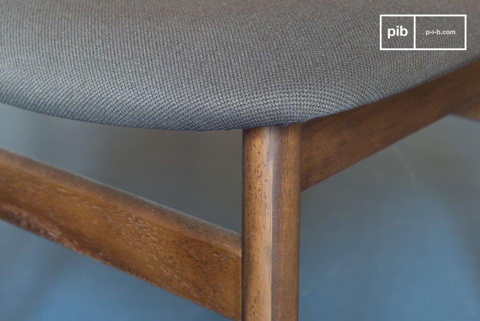 Entièrement conçue en bois massif, la chaise Larssön possède une grande solidité
