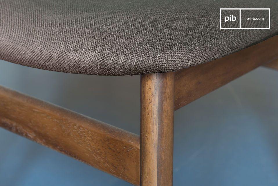 Elle puise ses lignes dans le mobilier scandinave du milieu du XXème siècle pour un rendu sobre