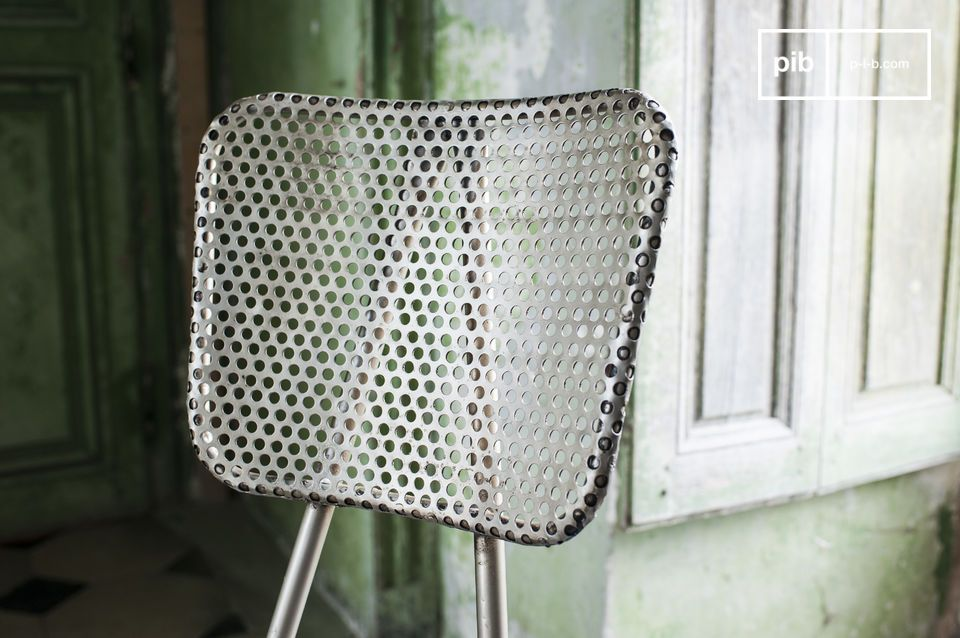 Optez pour une chaise robuste et originale réalisée dans une tôle épaisse perforée pour une