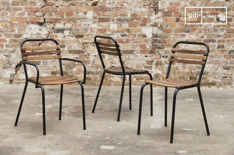 Une chaise industrielle  robuste qui associe l\'acier et le bois massif pour un résultat à