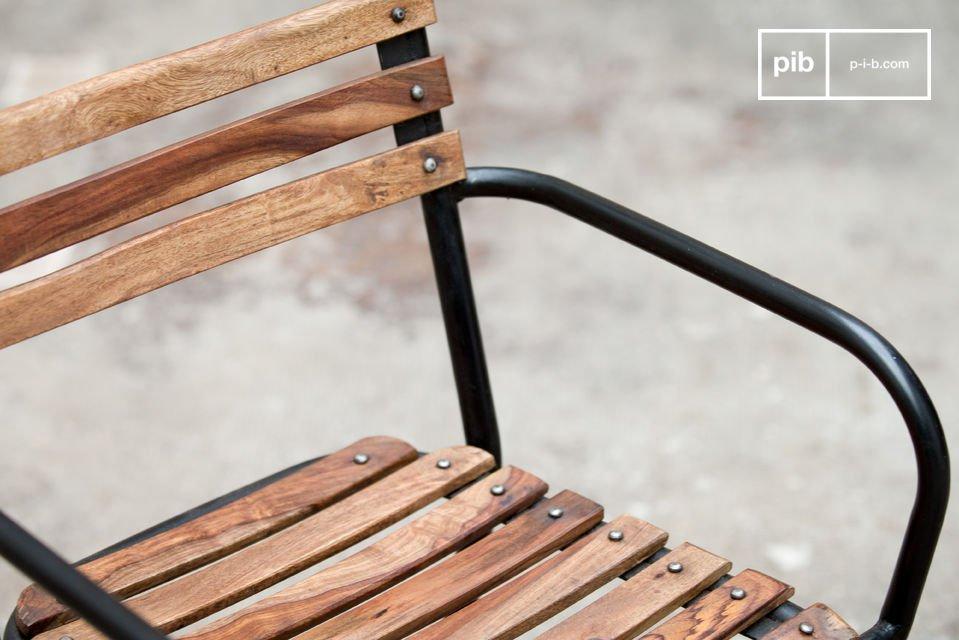 Une chaise metal au design industriel et robuste qui associe l\'acier et le bois massif pour un