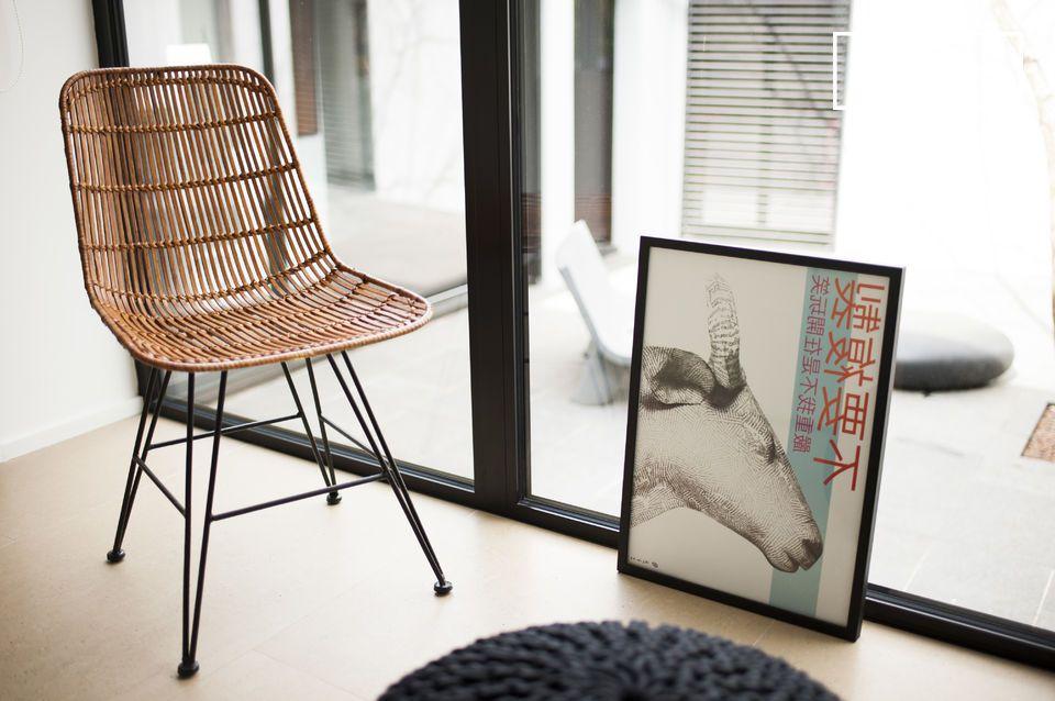Une chaise alliant rotin, métal et design vintage