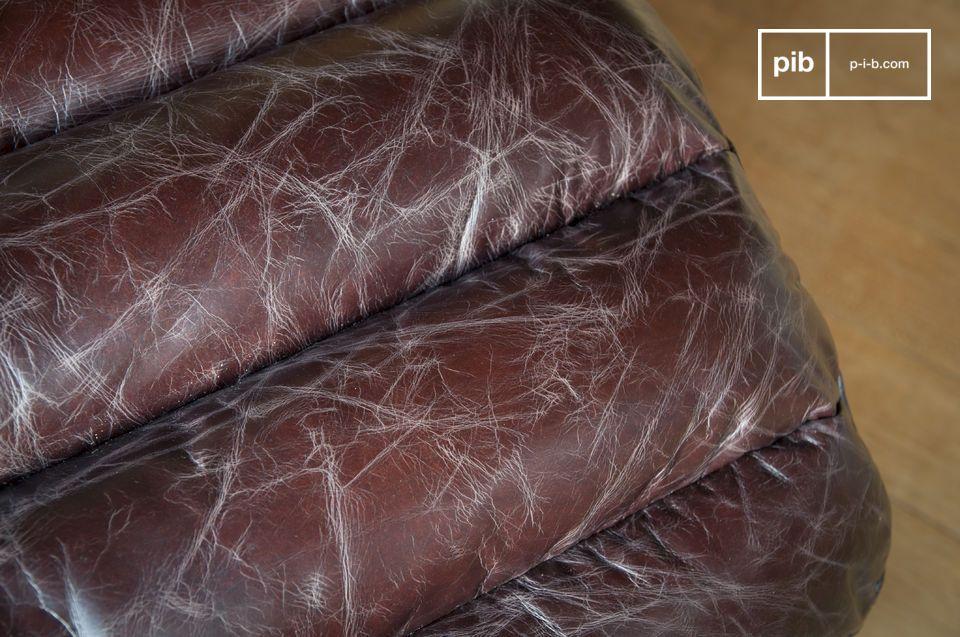 Le matelas en mousse est recouvert d\'un cuir légèrement vieilli affichant un brun qui tend