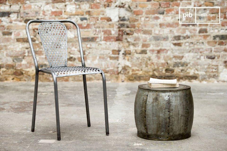 Optez pour une chaise robuste et originale, réalisée dans une tôle épaisse perforée pour une touche industrielle rétro autour de votre table