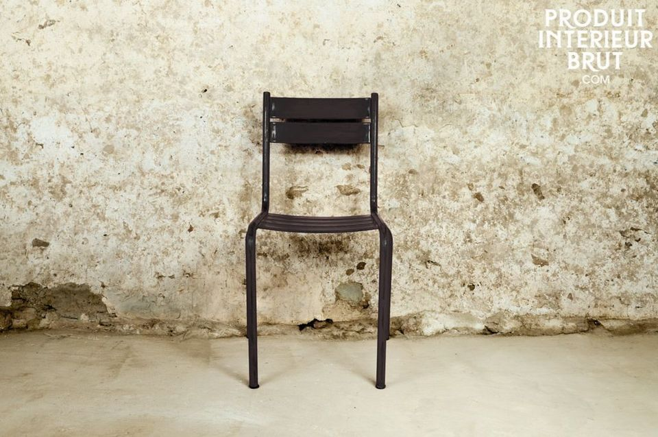 Chaise métal typique au design industriel