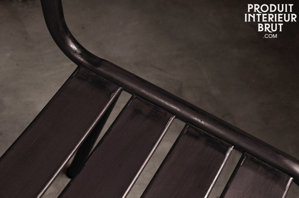 Cette chaise en métal d\'une solidité à toute épreuve possède une très jolie finition sombre