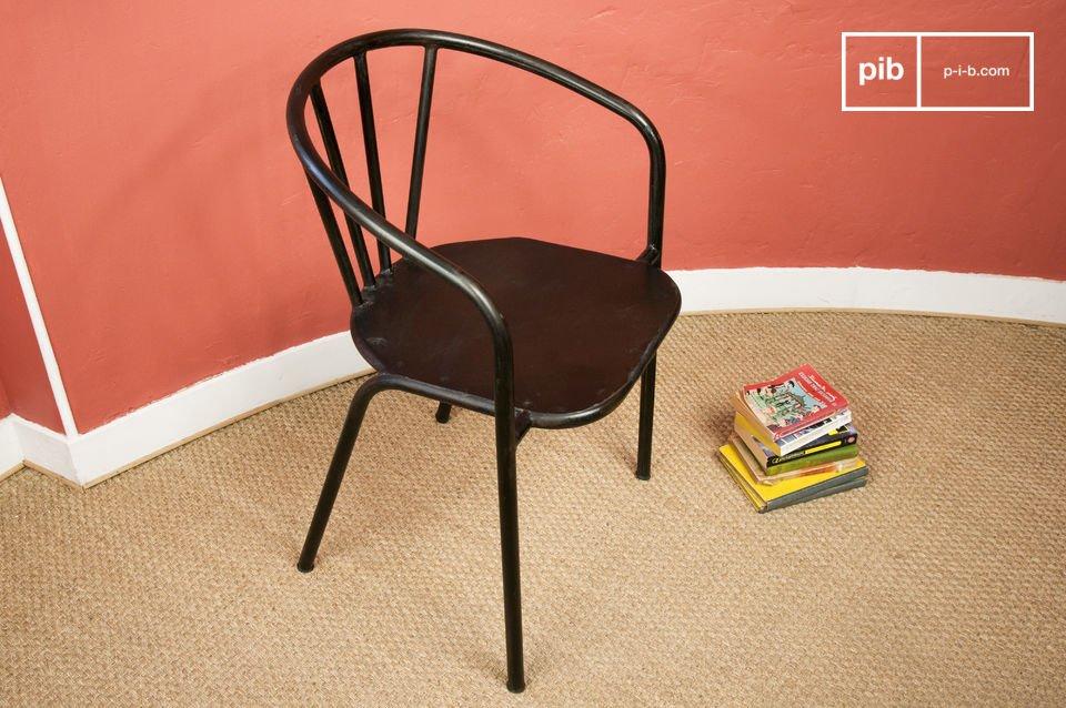 Son dossier courbé épouse parfaitement le dos, et permet un appui des coudes, ce qui confère à ce siège un très bon confort