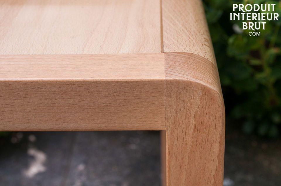 L\'assise large et le dossier courbé de cette chaise en font un modèle confortable