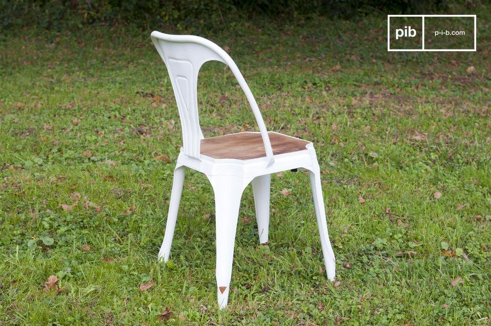 Robuste, légère et empilable, la chaise Multipl\'s se distingue de sa concurrente Tolix par ses pieds en creux permettant à l\'assise de s\'emboîter directement sur le piétement