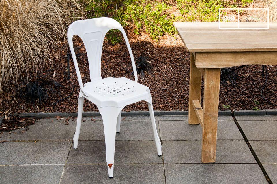 La chaise Multipl\'s blanche est une chaise robuste et légère entièrement conçue en métal et