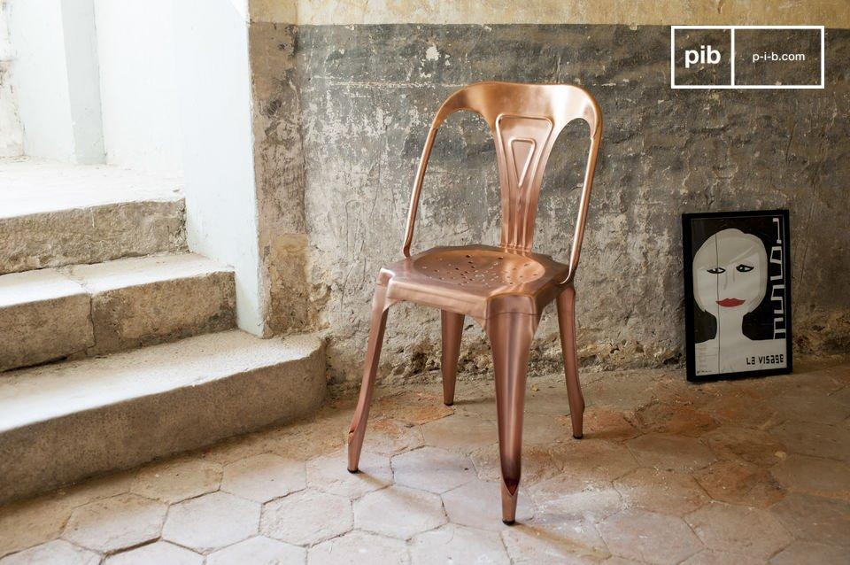 Optez parmi notre sélection de chaises vintage pour la réédition d\'une icône du mobilier industriel des années 1920 proposée ici dans une finition cuivrée très actuelle