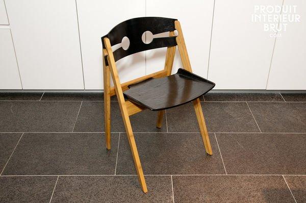 >Chaise noire numéro 1