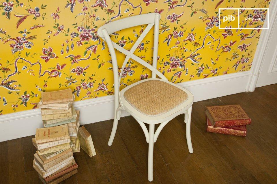 La chaise Pampelune crème est un petit meuble empli du charme séduisant de la deco campagne chic
