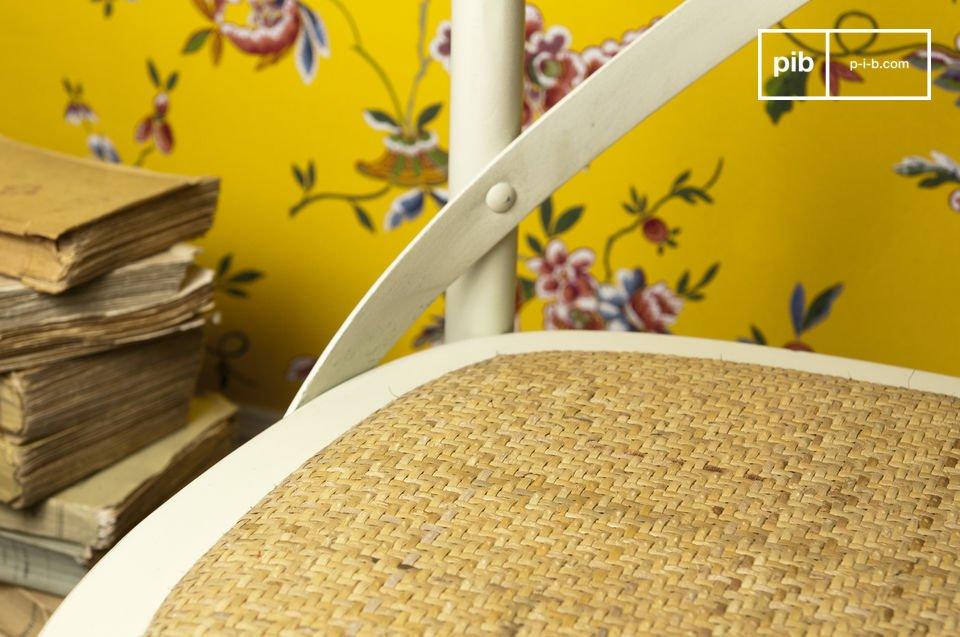 Entièrement conçue en hêtre massif délicatement patinée, la chaise Pampelune assure un excellent confort, avec son assise rembourrée en cannage dense et son dossier \