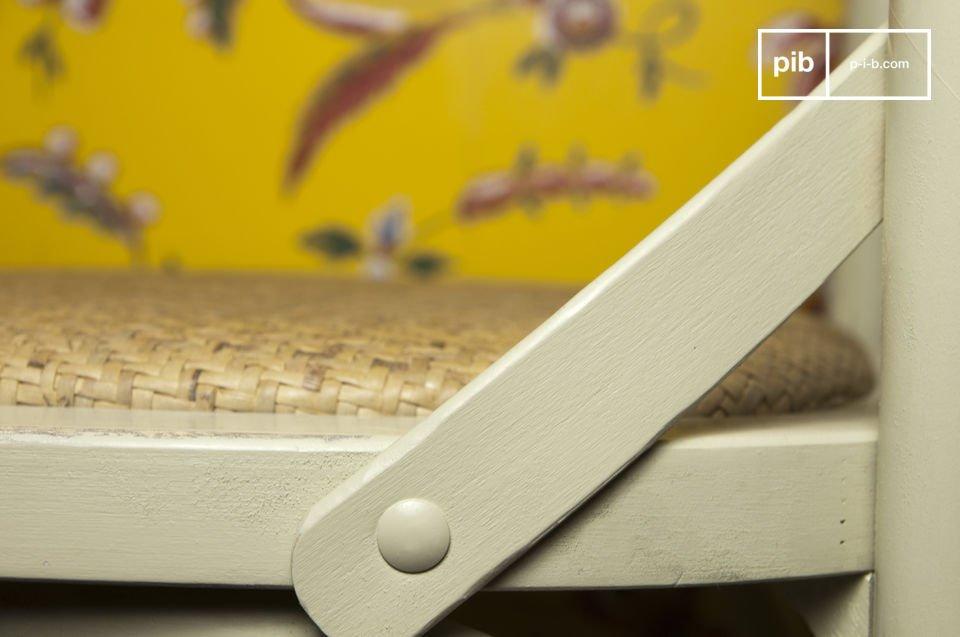 La chaise Pampelune crème trouvera parfaitement sa place dans un intérieur à la décoration évoquant une certaine nostalgie pleine de chaleur réconfortante