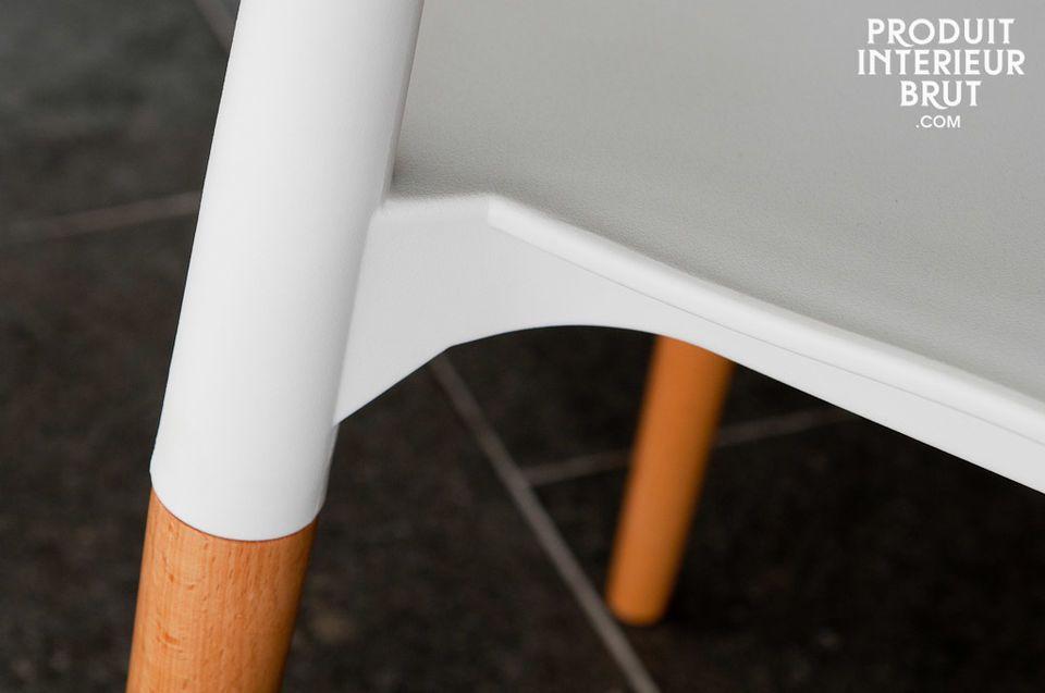 Une chaise alliant une partie haute en matériau synthétique parfaitement blanche et un beau