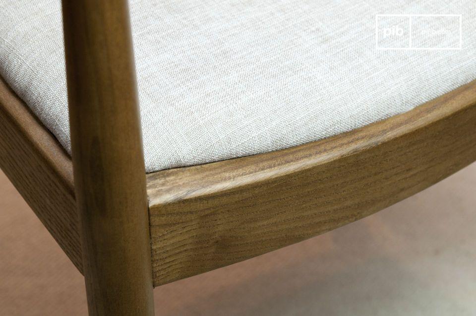 La courbure du bois donne un aspect particulier à la chaise Johannes