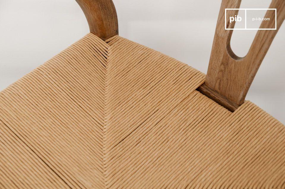 Réalisée tout en chêne massif, la chaise Mänttä associe design vintage, robustesse et confort