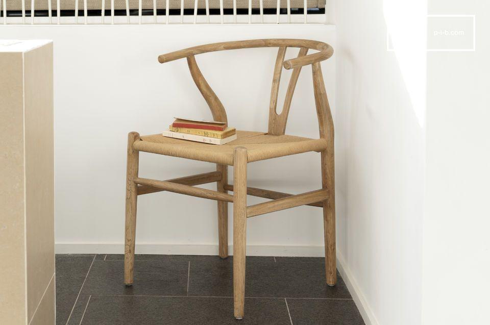 Bois clair et lignes légères pour une chaise aux accents scandinaves