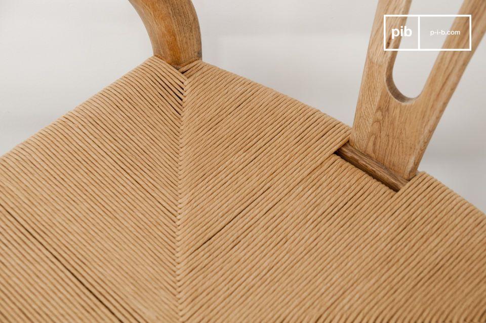 Avec sa structure en bois de frêne massif et son assise en rotin tissé