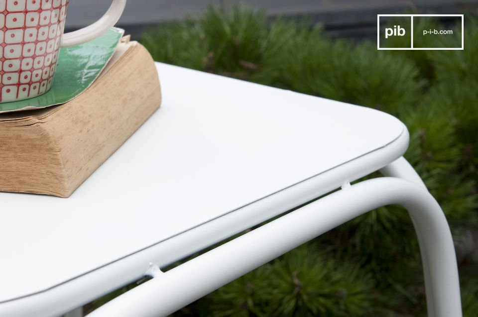 Chaise métal au design léger et filiforme