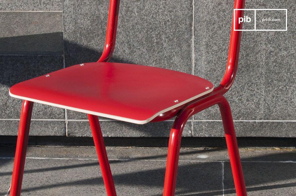 Véritable hommage aux chaises d\'école
