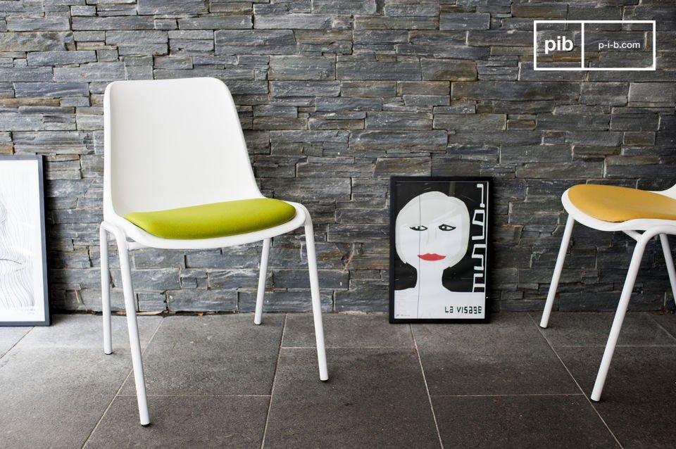 Puisant sont inspiration dans les années 50, la chaise Sören se présente dans une blancheur immaculée mise en couleur par une assise en laine rembourrée de mousse
