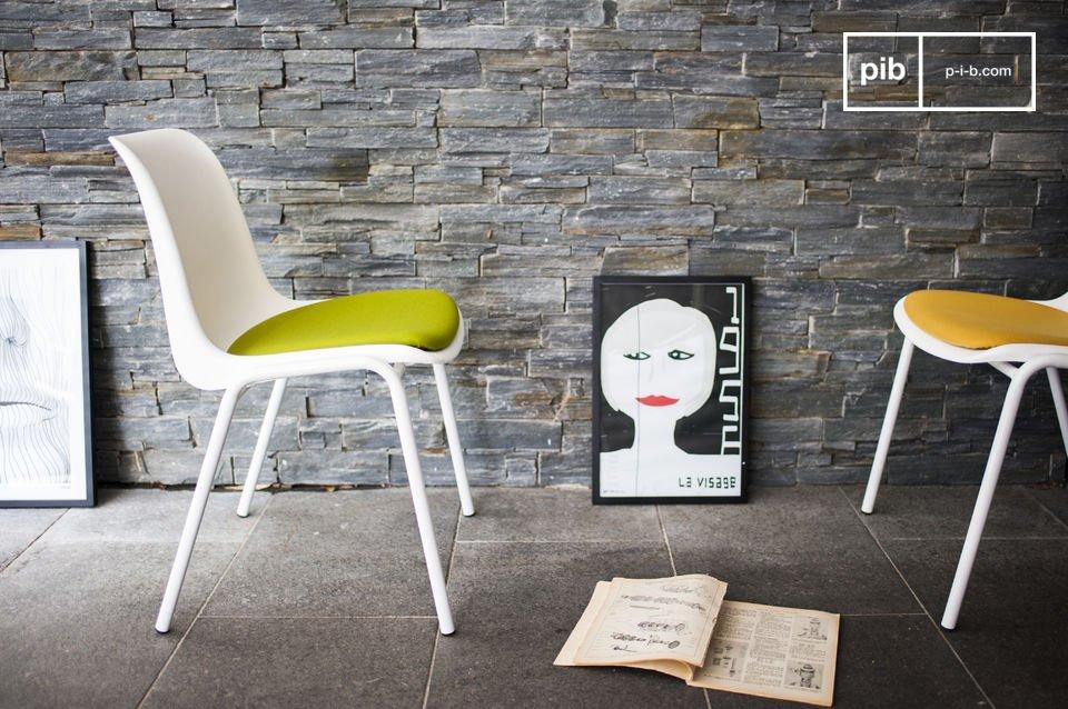 La coque qui forme l\'assise et le dossier de la chaise design Sören est en plastique blanc de qualité supérieure