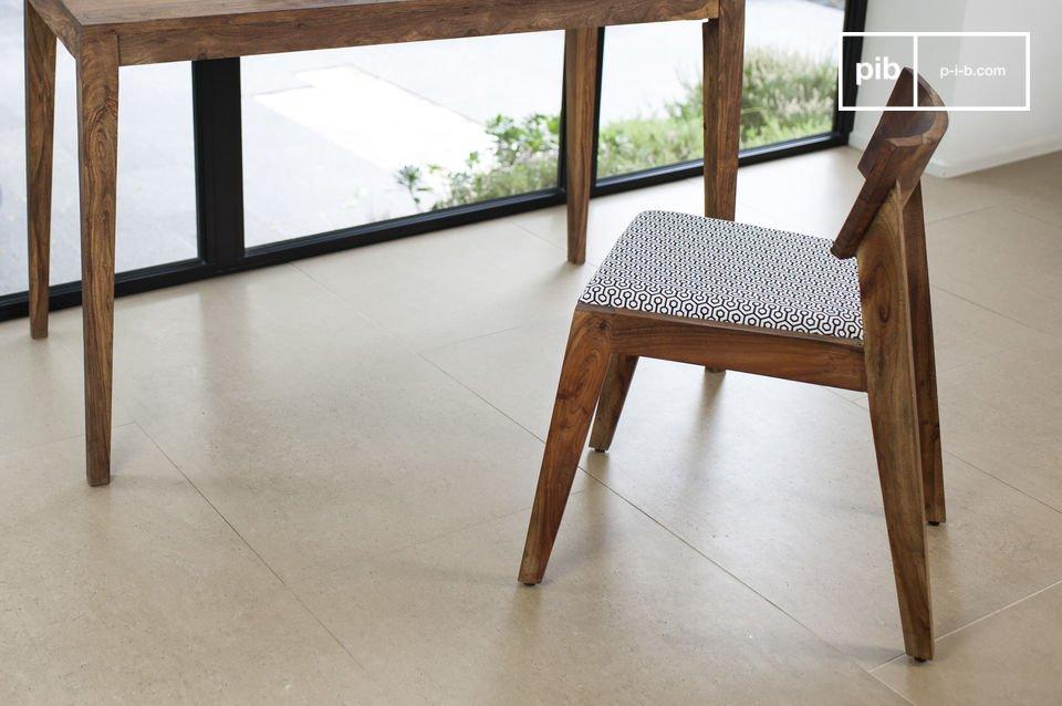 Avec son assise rembourrée de mousse et son dossier enveloppant, c\'est une chaise design idéale pour des assises prolongées