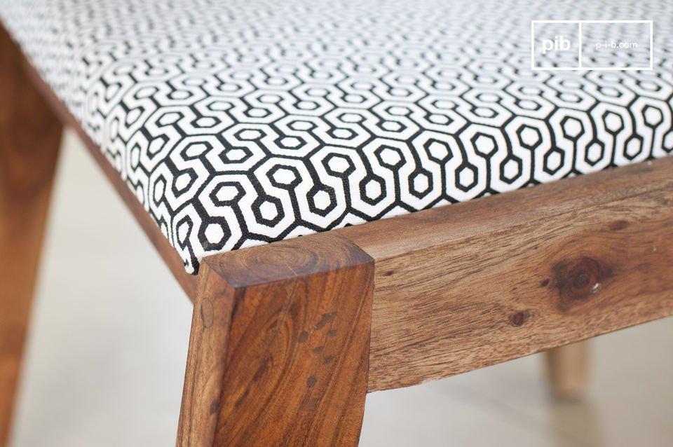 Appréciez l\'association réussie d\'une structure en bois d\'acacia massif et d\'un tissu clair imprimé de motifs graphiques
