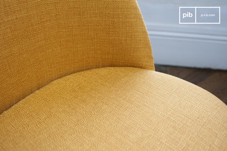 Le tissu de la chaise est pourvu d\'une texture rétro qui fait directement référence aux meubles typiques des années 50 et 60