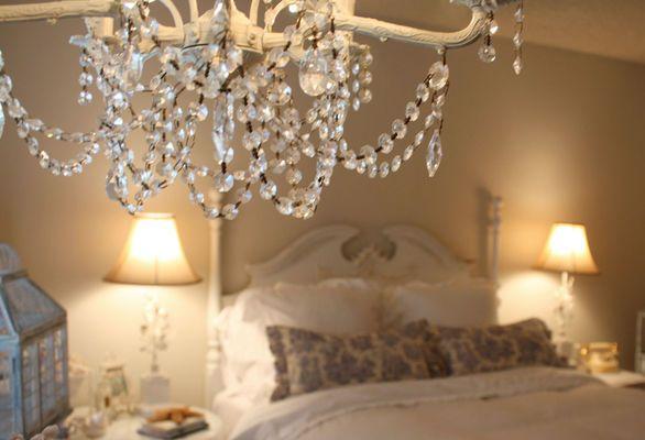 Chandelier vintage dans la chambre à coucher